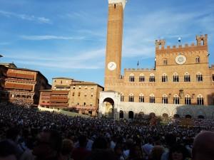 La grande place de Sienne, bien remplie pour une des courses préliminaire du Palio (photo: Sébastien Provencher)